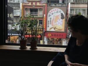Alice Grünfelder schreibt in Taiwan, hier in einem Kaffeehaus in Taibei