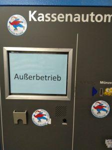 Ein Kassenautomat ist nicht außer Betrieb, sondern zeigt einen Außerbetrieb an.